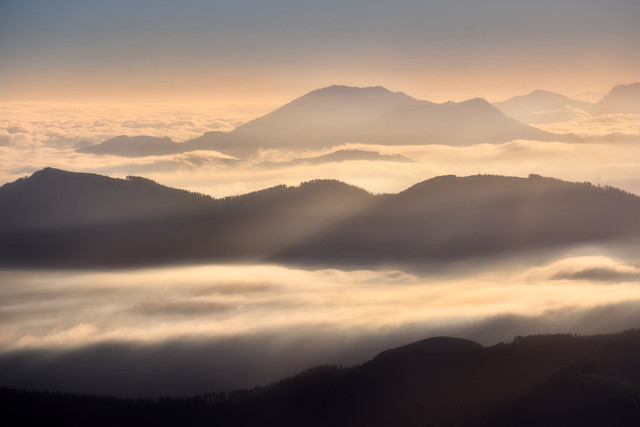 Wolkenmeer | Nach einem kurzen aber steilen Anstieg lag die wunderbare Landschaft am Morgen noch im Tiefschlaf. Die Berge lugten aus dem Wolkenmeer und die Sonne tauchte alles in ein warmes Licht. Eine stille Traumwelt im Norden Spaniens.