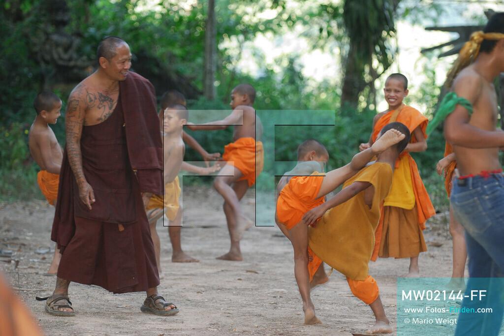MW02144-FF | Thailand | Goldenes Dreieck | Reportage: Buddhas Ranch im Dschungel | Abt Phra Khru Bah Nuachai Kosito lernt den jungen Mönchen Muay Thai (Thaiboxen).  ** Feindaten bitte anfragen bei Mario Weigt Photography, info@asia-stories.com **