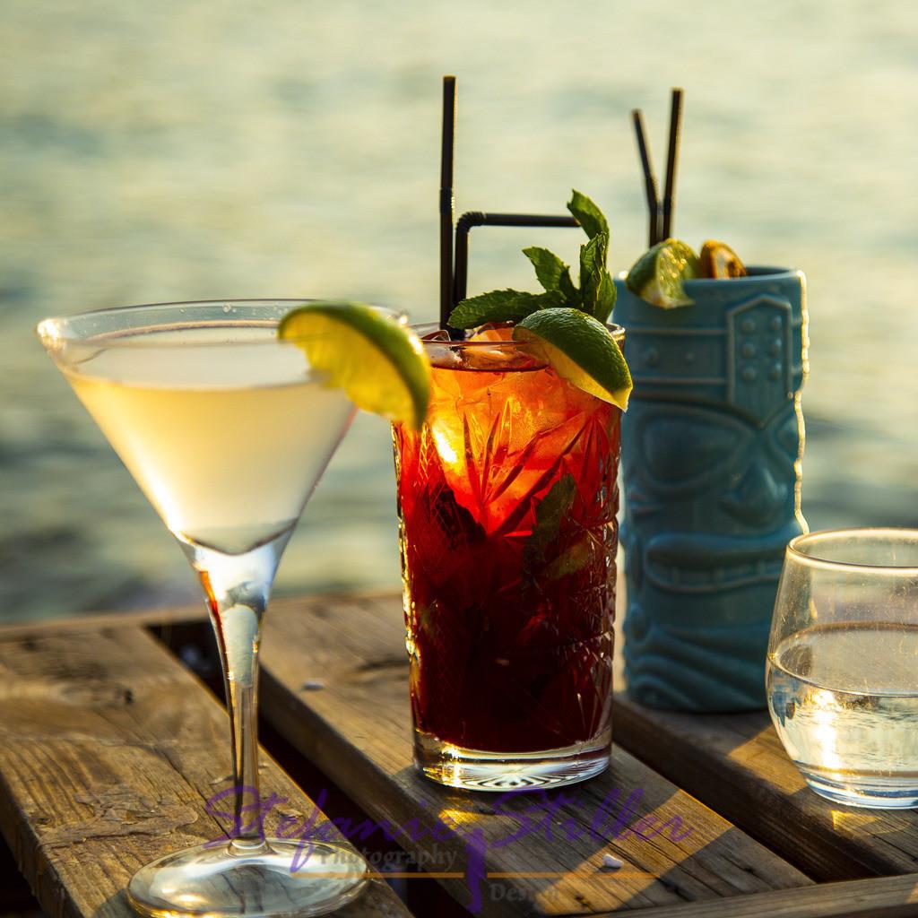 Happy Hour, quadratisch | Cocktailgläser im Abendlicht