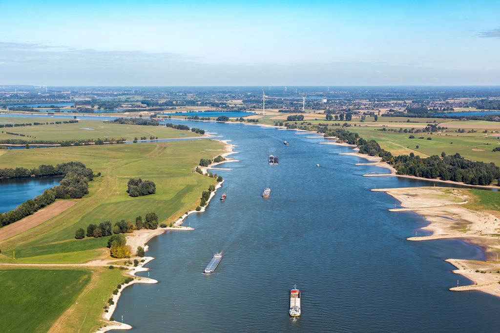 JT-161007-072   Der Rhein zwischen Voerde und Rheinberg, Niederrhein, Rheinvorland, Altrheinarme, Frachtschiffe,