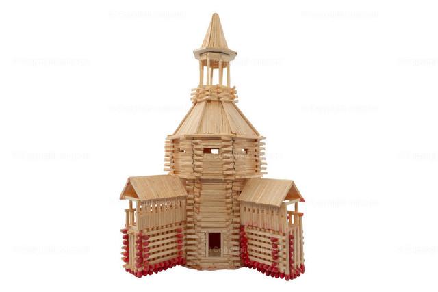 Orthodoxe Kirche als Streichholzmodell | Eine orthodoxe Kirche als Modell aus Streichhölzern (freigestellt).
