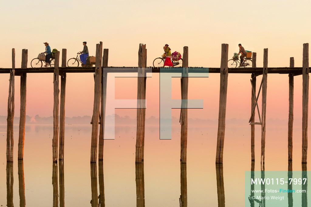 MW0115-7997 | Myanmar | Mandalay-Region | Amarapura | Reportage: Schiffsreise von Bhamo nach Mandalay auf dem Ayeyarwady | Morgenstimmung an der U-Bein-Brücke in Amarapura bei Mandalay. Die Brücke über den Taungthaman-See ist mit 1,2 km die längste Teakholzbrücke der Welt.  ** Feindaten bitte anfragen bei Mario Weigt Photography, info@asia-stories.com **