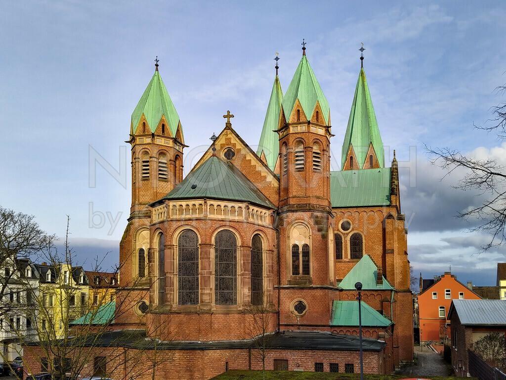 St. Aloysius Iserlohn   Die römisch-katholische Pfarrkirche St. Aloysius in Iserlohn im Sonnenlicht. Die imposante Architektur kommt im Sonnenschein der Wintersonne besonders gut zur Geltung.