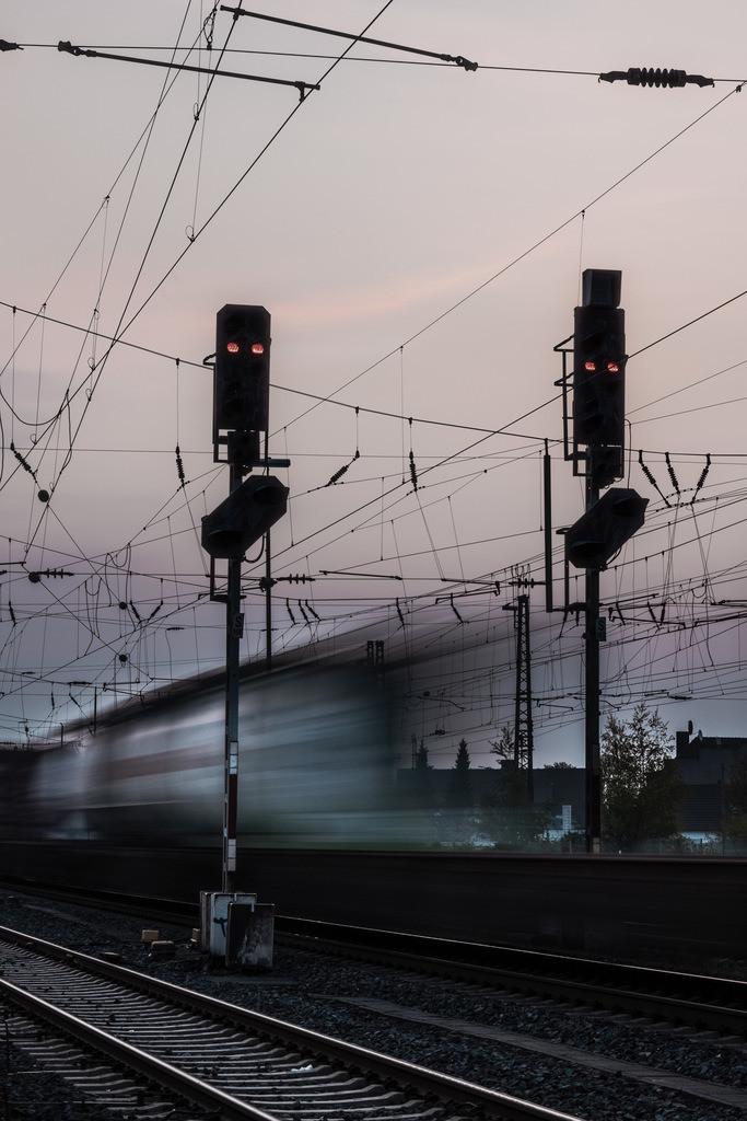 Bahngleise | Vorbeifahrender Zug auf den Bahngleisen am Bielefelder Hauptbahnhof.