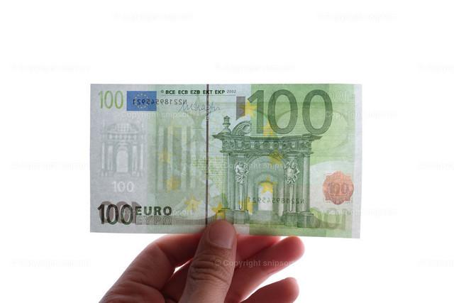 Prüfen von Wasserzeichen an einem Geldschein | Ein Mann prüft einen Hunderter auf Echtheit.