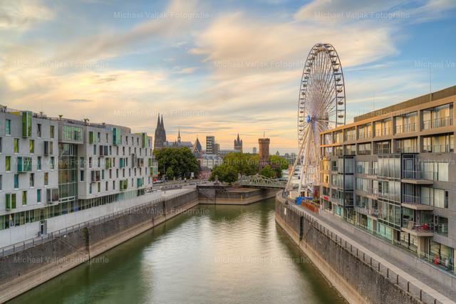 Riesenrad in Köln   Blick von der Severinsbrücke zum Riesenrad neben dem Schokoladenmuseum im Rheinauhafen. Im Hintergrund ist sind der Kölner Dom, der Kirchturm der Groß St. Martinskirche sowie der Malakoffturm zu sehen.