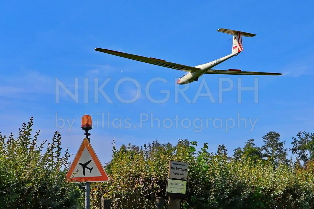 Segelflugzeug im Landeanflug | Ein Segelflugzeug im Landeanflug auf den Flugplatz Iserlohn-Sümmern.