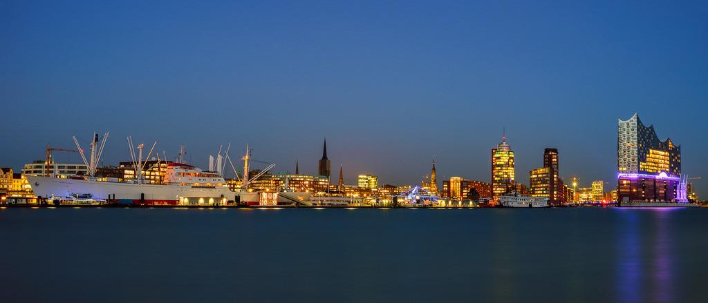 Landungsbrücken Panorama   Panorama der St. Pauli Landungsbrücken in der blauen Stunde