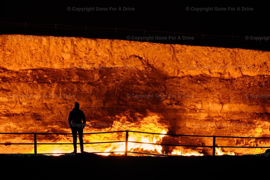 Turkmenistan | Am Tor zur Hölle. Der offizielle Name lautet Derweze Gaskrater, ein 20 Meter tiefes, 70 Meter breites, brennendes Loch mitten in der Wüste.