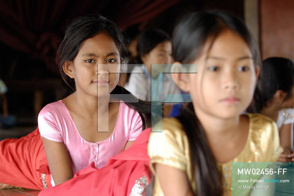 MW02456-FF | Kambodscha | Phnom Penh | Reportage: Apsara-Tanz | Für die Schülerinnen der Tanzschule beginnt jede Tanzstunde mit Aufwärmübungen. Sechs Jahre dauert es mindestens, bis der klassische Apsara-Tanz perfekt beherrscht wird. Kambodschas wichtigstes Kulturgut ist der Apsara-Tanz. Im 12. Jahrhundert gerieten schon die Gottkönige beim Tanz der Himmelsnymphen ins Schwärmen. In zahlreichen Steinreliefs wurden die Apsara-Tänzerinnen in der Tempelanlage Angkor Wat verewigt.   ** Feindaten bitte anfragen bei Mario Weigt Photography, info@asia-stories.com **