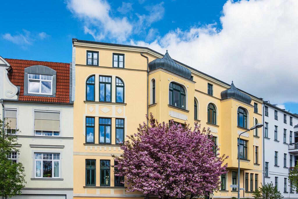 Gebäude und blühender Baum in der Hansestadt Rostock | Gebäude und blühender Baum in der Hansestadt Rostock.
