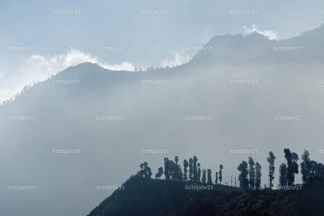 Morgenlicht | Blick im ersten Morgenlicht auf eine von Wolken und Nebel umhüllte Bergkette - Location: Indonesien, Java, Mt. Bromo
