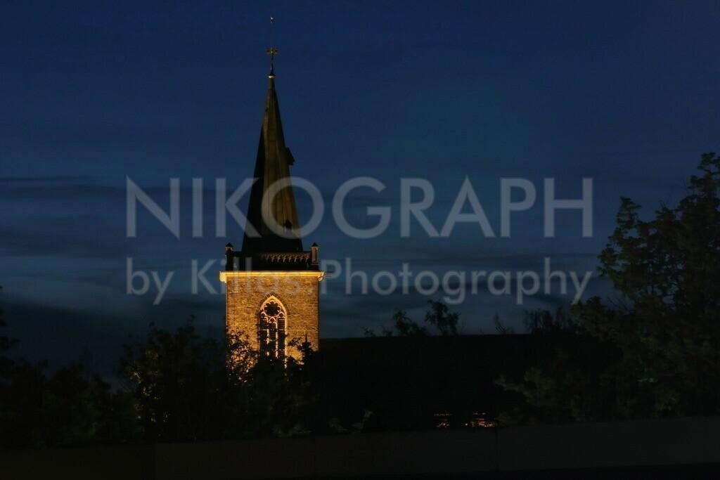 Kirchturm der Heilig-Geist-Kirche | Der Kirchturm der Heilig-Geist-Kirche in Menden bei Nacht. Die Heilig-Geist-Kirche in Menden wurde am 28. April 1864 eigeweiht. Es handelt sich um eine evangelische Kirche zwischen dem Bahnhof von Menden und der Innenstadt.