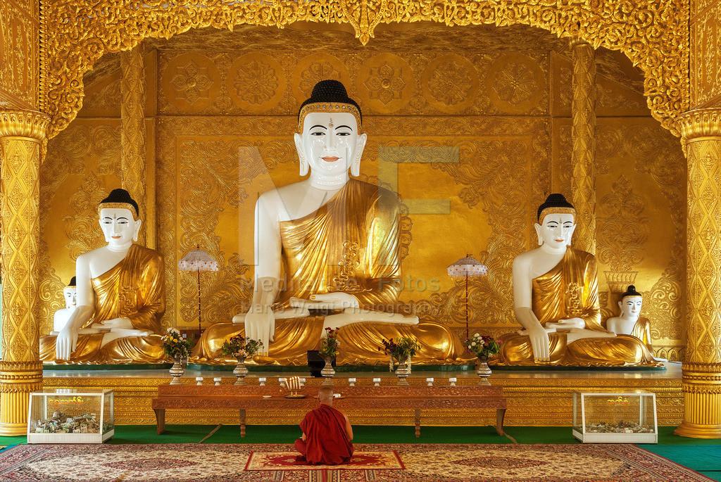 MW0407-3150 | Myanmar: Mönch meditiert vor Buddha in einem buddhistischen Kloster