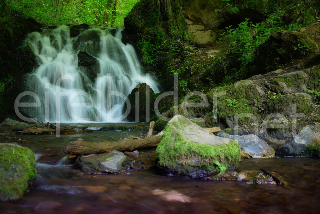 Wasserfall an det Elfengrotte / Elfenmaar | märchenhafter Wasserfall, fotografiert in Bad Bertrich in der Eifel (Vulkaneifel, Kreis Cochem Zell)
