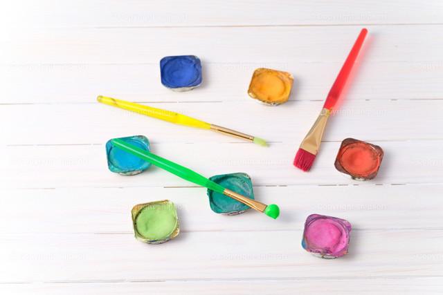Pinsel und Farben auf einem weißen Tisch | Konzept der kreativen Malwerkzeuge.