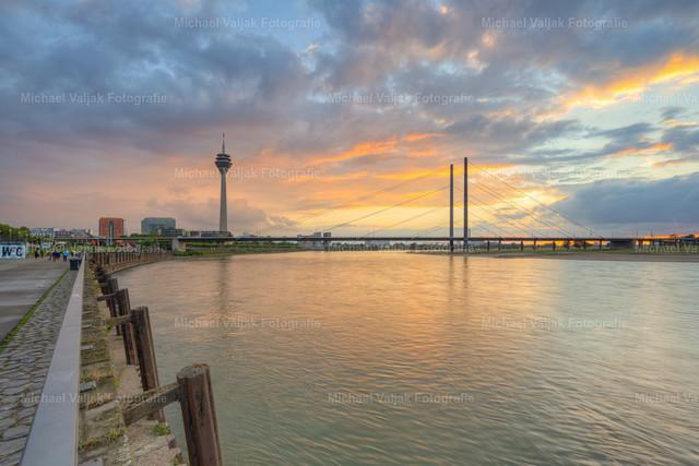 Düsseldorf Blick von der Rheinpromenade | Blick von der Rheinpromenade in Richtung Rheinturm und Rheinkniebrücke bei Sonnenuntergang.