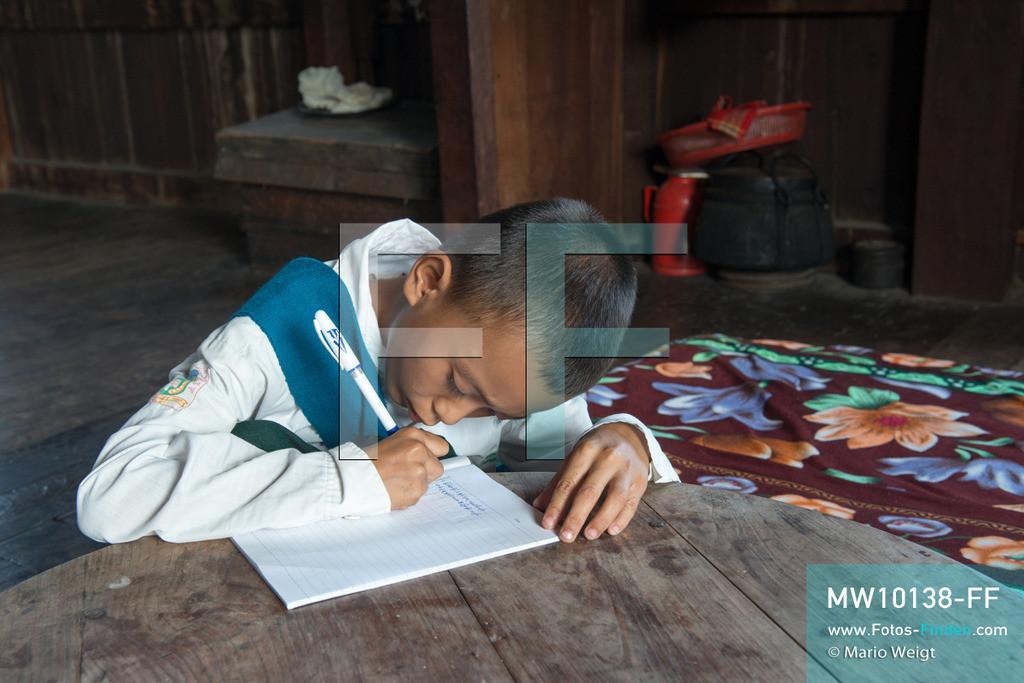 MW10138-FF   Myanmar   Inle-See   Nyaungshwe   Reportage: Ye Lin lebt auf dem Inle-See   Ye Lin macht Hausaufgaben. Der 8-jährige Ye Lin Yar Zar lebt mit seinen Eltern in einem Pfahlhaus auf dem Inle-See. Er gehört zur ethnischen Gruppe der Intha und beherrscht die einzigartige Einbeinrudertechnik, um zur Schule zukommen.  ** Feindaten bitte anfragen bei Mario Weigt Photography, info@asia-stories.com **
