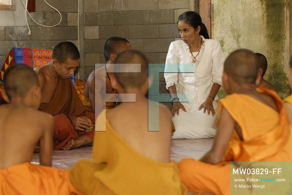 MW03829-FF | Thailand | Goldenes Dreieck | Reportage: Buddhas Ranch im Dschungel | Ajan Anchalee, die Schwester vom Abt Phra Khru Bah Nuachai Kosito, managt das Kloster.  ** Feindaten bitte anfragen bei Mario Weigt Photography, info@asia-stories.com **
