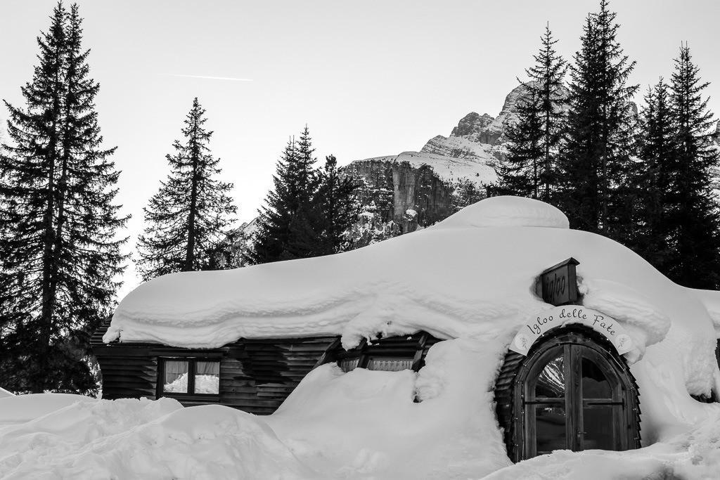 Verschneite Hütte in den Dolomiten
