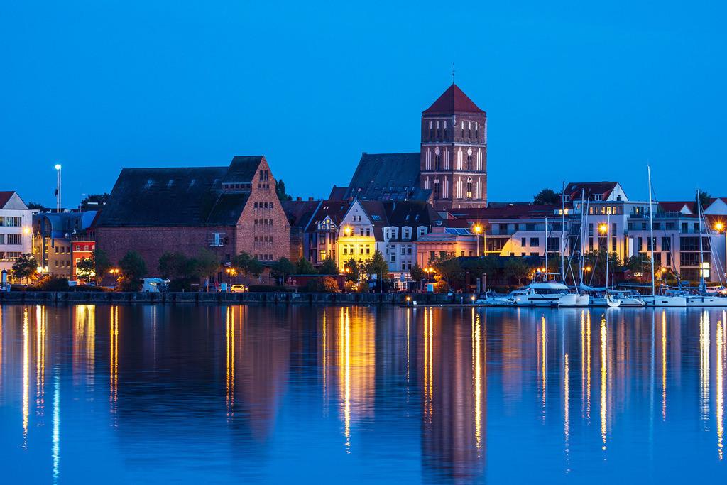 Blick über die Warnow auf die Hansestadt Rostock zur Blauen Stunde   Blick über die Warnow auf die Hansestadt Rostock zur Blauen Stunde.