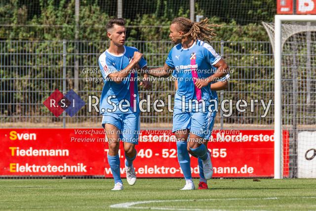 Fußball, Herren, LOTTO-Pokal Halbfinale, FC Eintracht Norderstedt - Altona 93, Edmund-Plambeck-Stadion, 16.08.2020 | Nikola Kosanic (#6, AFC, Offensives Mittelfeld) und Dallas Aminzadeh (#3, AFC, Innenverteidiger) freuen sich über das 2:2 Foulelfmetertor von Barrie in der 45. Minute.