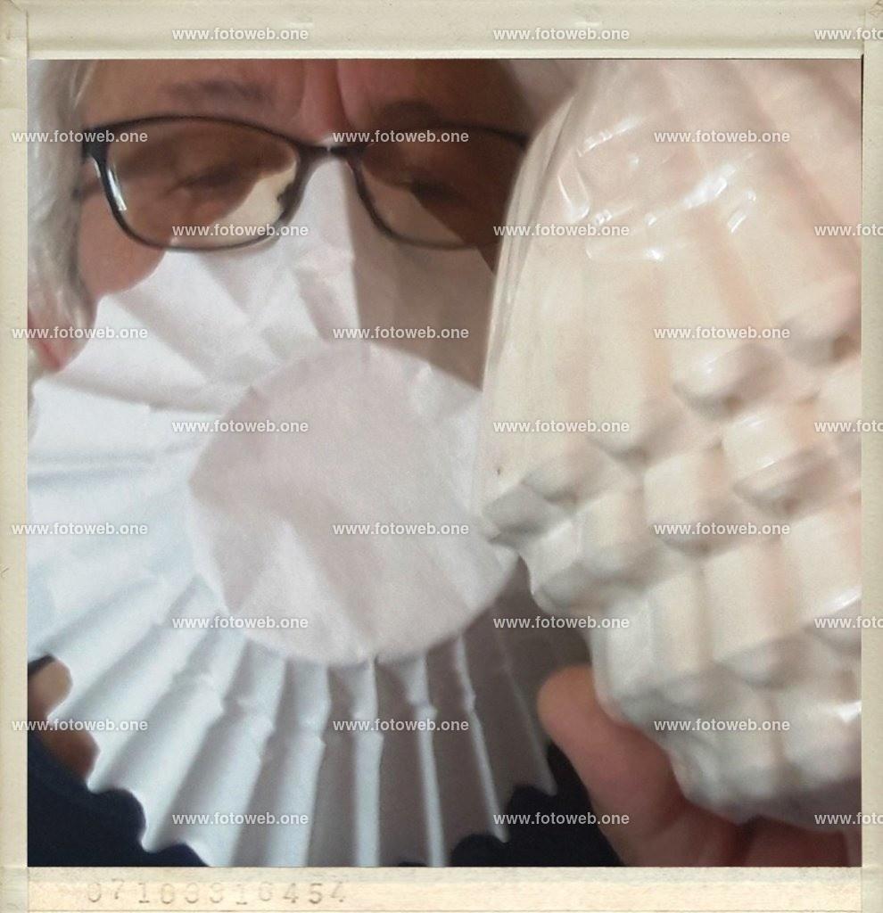 Kaffeefilter auch zum Schutz für das Coronavirus  |  Nach Hamsterkäufe ist auch der Kaffee nicht mehr zubekommen.  Nun kann der Kaffeefilter auch zum Schutz für das Coronavirus verwendet werden.  Schnell und unkompliziert, gut geeignet für Brillenträger. Zu Risiken und Nebenwirkungen fragen sie ihren Arzt oder Apotheker.