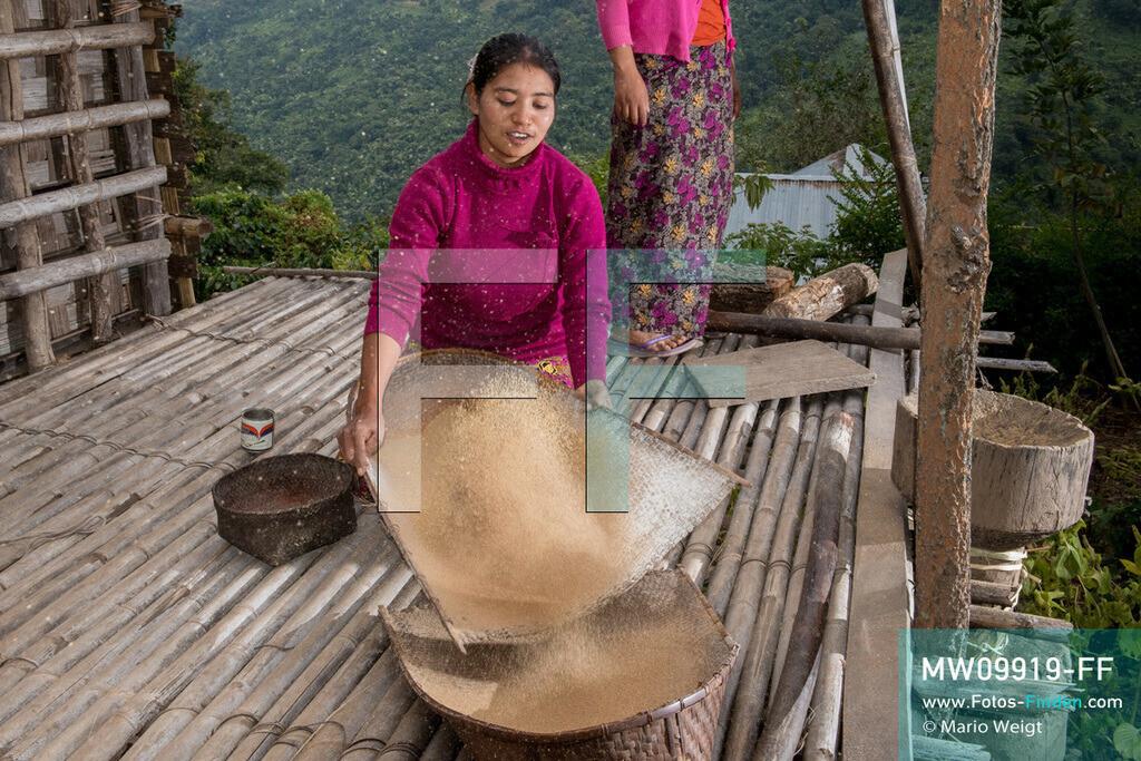 MW09919-FF | Myanmar | Mindat | Reportage: Mindat im Chin State | Junge Frau der Muun-Ethnie, eine Untergruppe der Chin, siebt Hirse im Bergdorf Loute Pe. Hirse wird zum Kochen und zur Bierherstellung verwendet. Wie bei vielen Bergvölkern Myanmars erfreut sich Hirsebier großer Beliebtheit.   ** Feindaten bitte anfragen bei Mario Weigt Photography, info@asia-stories.com **