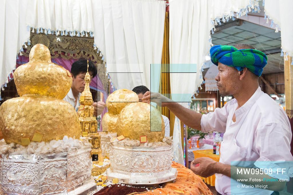MW09508-FF | Myanmar | Nyaung Shwe | Reportage: Phaung Daw U Fest | Ein Dorfkloster während des Festivals auf dem Inle-See. Nur die Männer dürfen Goldplättchen den vier Buddha-Statuen spenden. Durch das jahrzehntelange Auftragen von Blattgold erkennt man nur schwer die eigentliche Form der Buddhas.   ** Feindaten bitte anfragen bei Mario Weigt Photography, info@asia-stories.com **