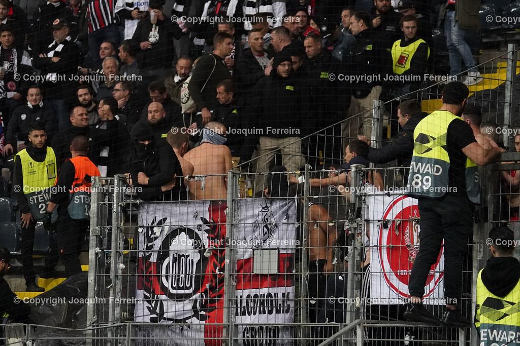 191024_sgevslie_0213 | 24.10.2019 Gruppenspiel Gruppe F UEFA Europa League Saison 2019/20 Eintracht Frankfurt - Standard Liege  emspor, emonline, despor, v.l., Standard Liege vermummt Fans,Stimmung, Schals, Trikots, Emotionen  Foto: Joaquim Ferreira (DFL/DFB REGULATIONS PROHIBIT ANY USE OF PHOTOGRAPHS as IMAGE SEQUENCES and/or QUASI-VIDEO)
