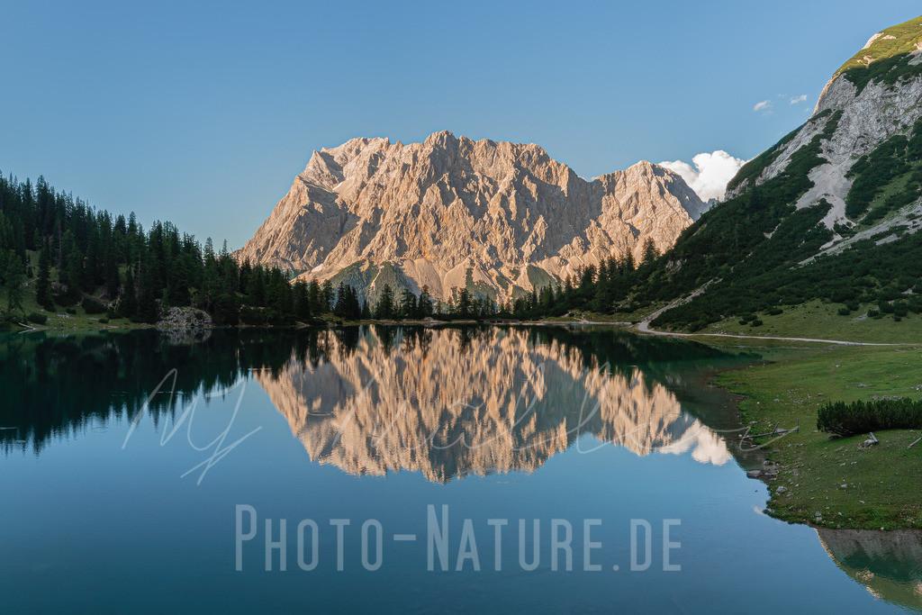Das Dach von Bayern gespiegelt | Die Zugspitze spiegelt sich im sanften Abendlicht in diesem klaren Bergsee.