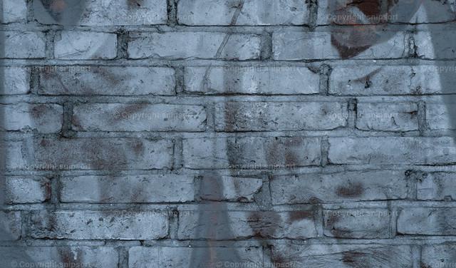 Backsteinwand mit Graffiti  | Detail einer Backsteinwand mit silberner Farbe besprüht.
