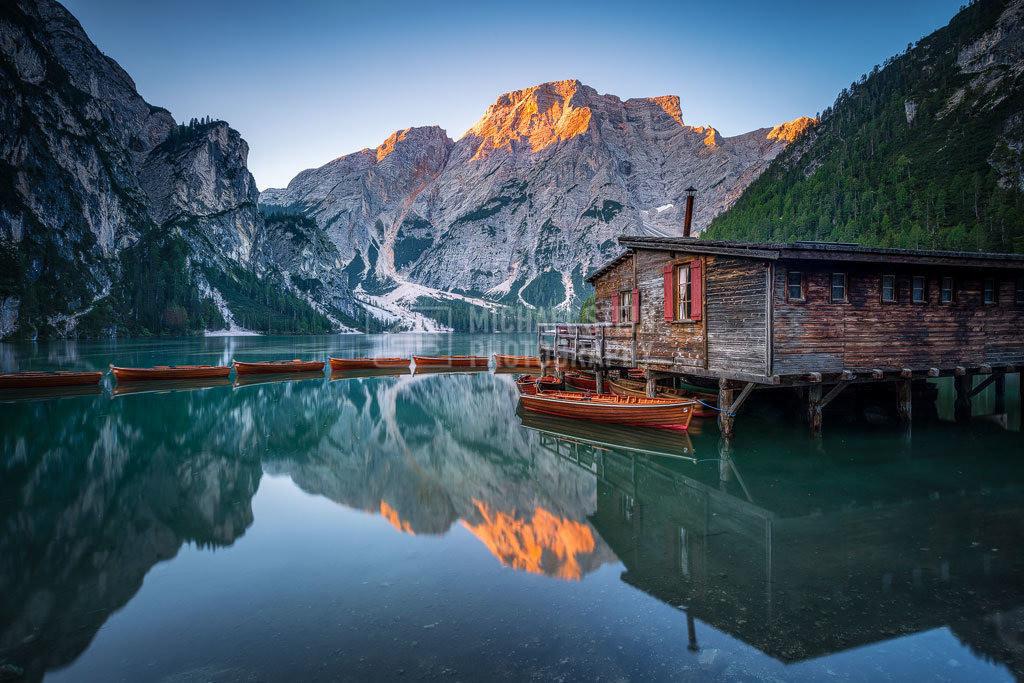 Italien - Pragser Wildsee bei Sonnenaufgang | Pragser Wildsee mit Spiegelung am frühen Morgen bei Sonnenaufgang