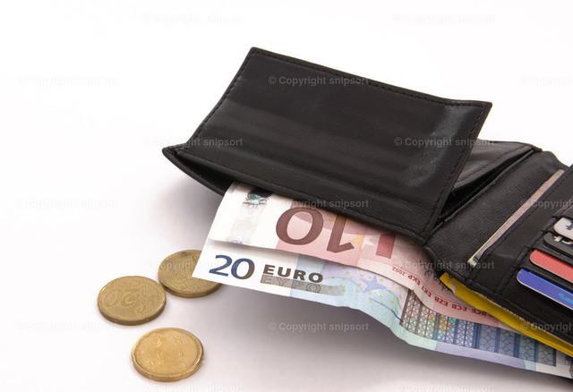 Geöffnetes Portemonnaie | Ein aufgeschlagenes Portemonnaie mit herausschauendem Geld.