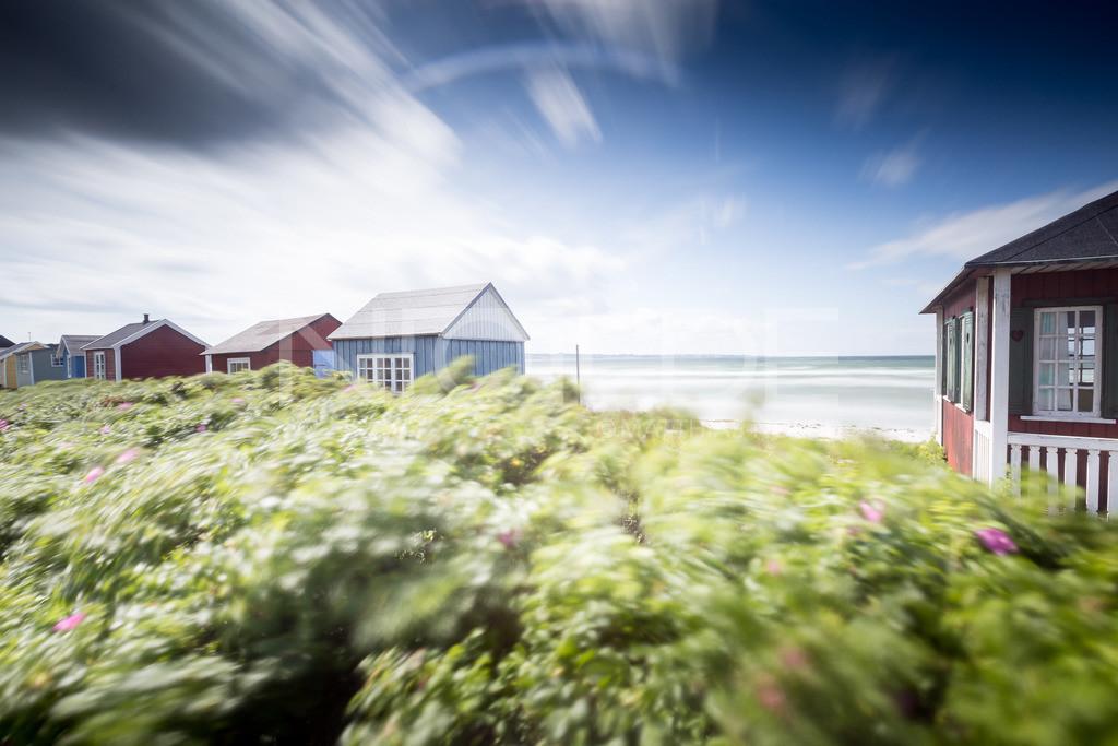 Wind auf Aerö   Badehäuschen im Wind auf der dänischen Insel Aerö