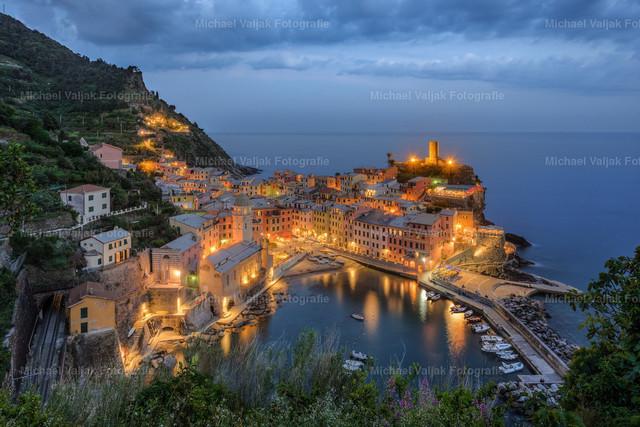 Abends in Vernazza, Cinque Terre | Blick auf Vernazza am Abend, einem der fünf an der Steilküste gelegenen Dörfern des Nationalparks
