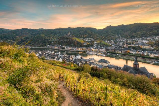 Cochem im Herbst | Blick vom Weinberg auf die Altstadt mit der Reichsburg Cochem an der Mosel.