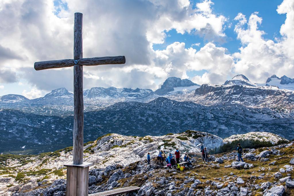 JT-171003-036   Das Dachsteinmassiv, in der Steiermark, Oberösterreich in Österreich, gesehen vom Hohen Krippenstein, Wanderer, Kreuz auf dem Krippenstein Plateau, hinten das Dachsteinmassiv,