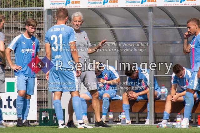 Besprechung in der Trinkpause | Kevin Krottke (#16, AFC, Mittelstürmer), Hendrik Bombek (#31, AFC, Innenverteidiger), AndreasBergmann (AFC, Cheftrainer) und Mitspieler