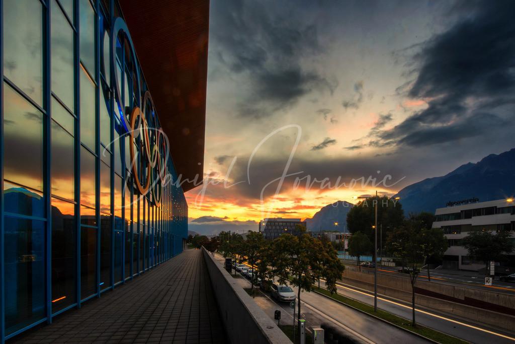 Olympiaworld | Sonnenuntergang mit Spiegelung an der Fassade der Olympiaworld