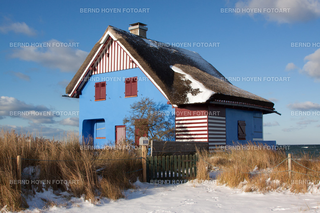 blue house | Foto eines Hauses auf dem Graswarder in Heiligenhafen an der Ostsee (Schleswig-Holstein), Deutschland. | Photo of a house on Graswarder in Heiligenhafen at the Baltic Sea (Schleswig-Holstein), Germany.