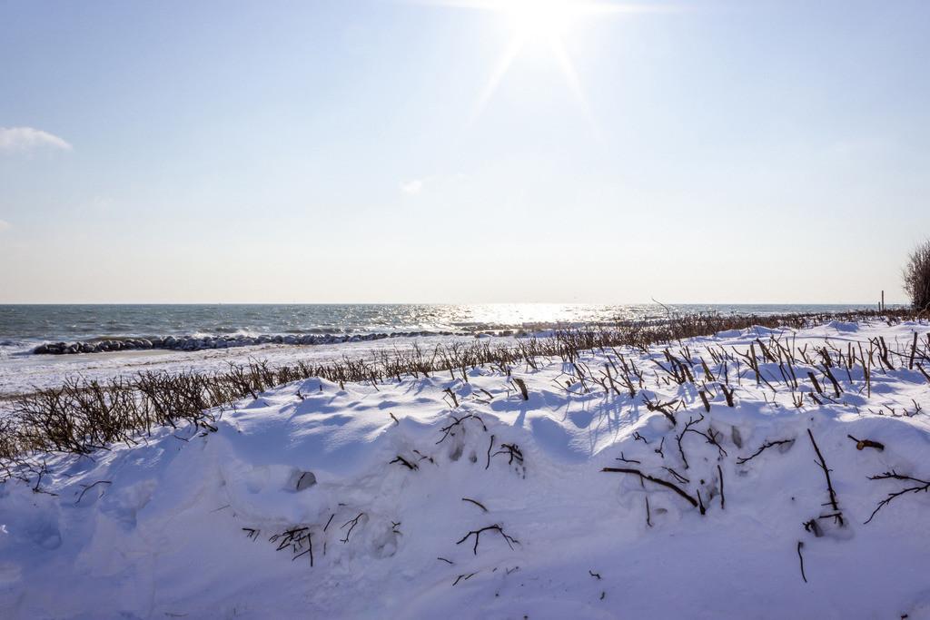 Strand in Schönhagen   Schnee und Sonnenschein am Strand in Schönhagen