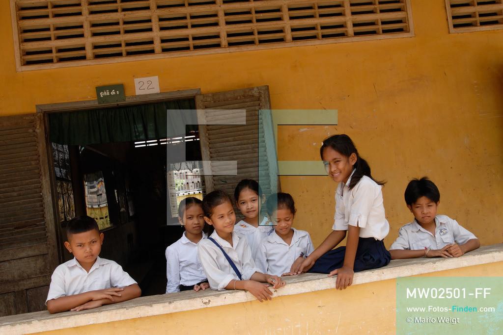 MW02501-FF   Kambodscha   Phnom Penh   Reportage: Apsara-Tanz   Tanzschülerin Sivtoi mit ihren Klassenkameraden in der Grundschule. Sie lernt den Apsara-Tanz in einer Tanzschule. Sechs Jahre dauert es mindestens, bis der klassische Apsara-Tanz perfekt beherrscht wird. Kambodschas wichtigstes Kulturgut ist der Apsara-Tanz. Im 12. Jahrhundert gerieten schon die Gottkönige beim Tanz der Himmelsnymphen ins Schwärmen. In zahlreichen Steinreliefs wurden die Apsara-Tänzerinnen in der Tempelanlage Angkor Wat verewigt.   ** Feindaten bitte anfragen bei Mario Weigt Photography, info@asia-stories.com **