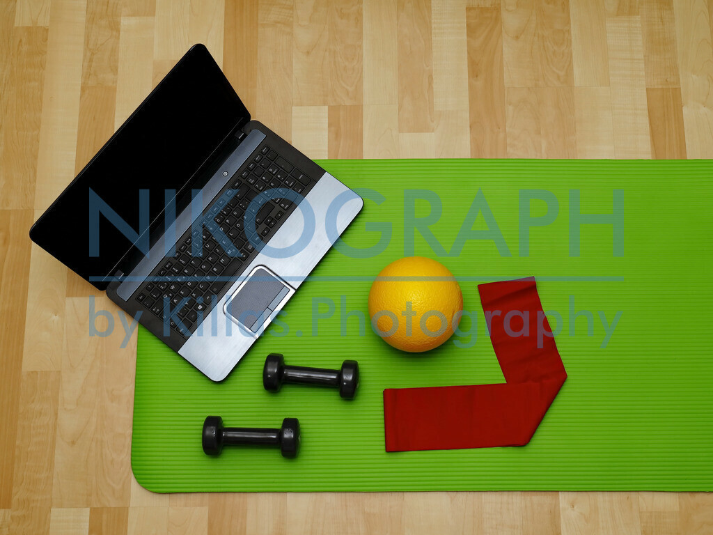 Online-Physio | Online-Physiotherapie mit Hanteln, Gymnastikband und Softball
