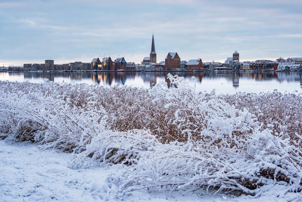 Blick über die Warnow auf die Hansestadt Rostock im Winter | Blick über die Warnow auf die Hansestadt Rostock im Winter.