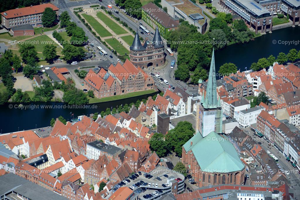 Lübeck_ELS_8534151106 | Lübeck - Aufnahmedatum: 10.06.2015, Aufnahmehoehe: 607 m, Koordinaten: N53°51.679' - E10°41.893', Bildgröße: 7196 x  4803 Pixel - Copyright 2015 by Martin Elsen, Kontakt: Tel.: +49 157 74581206, E-Mail: info@schoenes-foto.de  Schlagwörter;Foto Luftbild,Altstadt,HolstenTor,Kirche,Hanse,Hansestadt,Luftaufnahme,