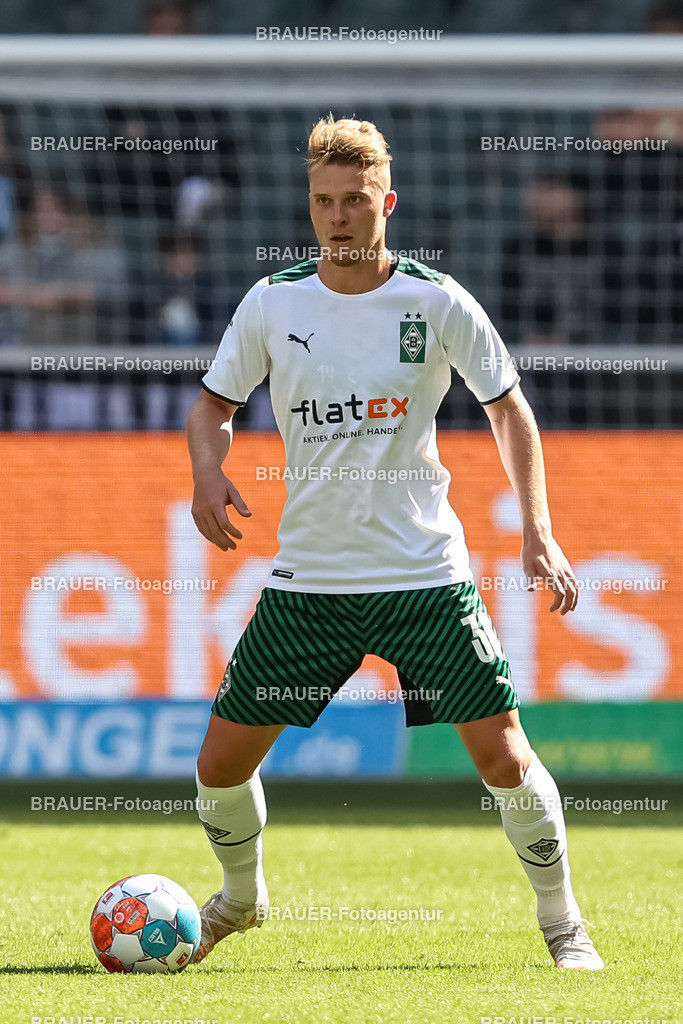 Borussia Moenchengladbach - FC Groningen    Moenchengladbach, Deutschland, 31.07.2021: Nico Elvedi (Borussia Moenchengladbach) in Aktion, am Ball, Einzelaktion,    beim Testspiel zwischen Borussia Moenchengladbach und FC Groningen im Borussia-Park am 31. Juli 2021 in Moenchengladbach.  (Foto: BRAUER-Fotoagentur)   DFB / DFL REGULATIONS PROHIBIT ANY USE OF PHOTOGRAPHS AS IMAGE SEQUENCES AND/OR QUASI-VIDEO.