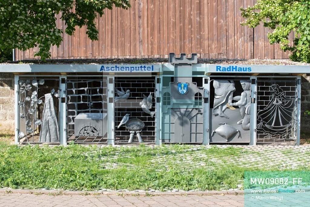 MW09082-FF | Deutschland | Niedersachsen | Polle | Reportage: Reise entlang der Weser | Das Aschenputtel-RadHaus ist ein kleines Fahrrad-Parkhaus am Weser-Radweg im Weserbergland. Die Türen zeigen Szenen aus dem Volksmärchen Aschenputtel und das Wappen von Polle. Der über 500 km lange Radfernweg beginnt in Hannoversch Münden und endet in Cuxhaven an der Nordsee.    ** Feindaten bitte anfragen bei Mario Weigt Photography, info@asia-stories.com **