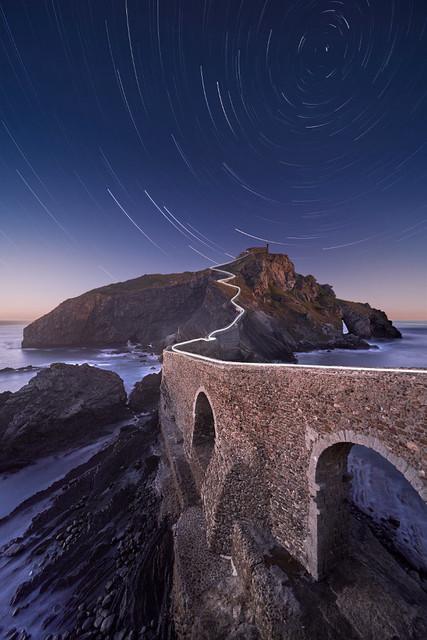 Sterne überm Drachenstein | Diese einsame Klosterinsel wurde durch Game of Thrones zur Berühmtheit. Über der Festung Drachenstein sind die Sterne zu sehen, die durch die Erdrotation spiralförmige Spuren ziehen.
