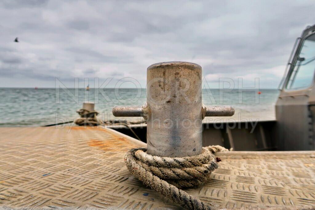 Boot am Strand | Die Festmacherleine an einem Boot am Strand auf Texel.
